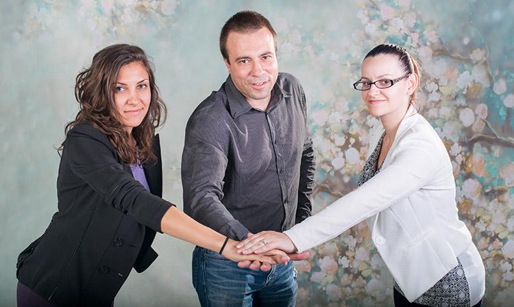 Изпълнителният директор и част от екипът на Deskgod