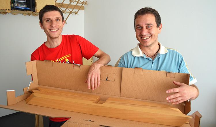 Петър и Делян, основателите на Praktrik, с част от елементите на един от техните продукти.