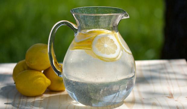 Изпийте чаша вода + лимон (+мед)