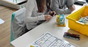 """Ученици от СУ """"Иван Вазов"""" в гр. Вършец създадоха робот за разделно изхвърляне на отпадъци и робо пазарска количка"""